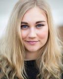 Junge blonde Jugendliche, die auf dem Strand denkt Lizenzfreies Stockbild
