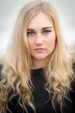 Junge blonde Jugendliche, die auf dem Strand denkt Lizenzfreie Stockfotografie