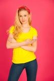 Junge blonde Jugendliche im gelben T-Shirt, welches das Netz auf Inspektion surft Stockfotos