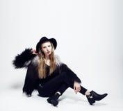 Junge blonde Jugendliche im Hut- und Pelzmantel, Mode kleidete m Lizenzfreie Stockfotos