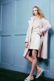Junge blonde Jugendliche im Pelzmantel, Mode Stockbilder