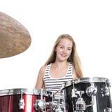 Junge blonde Jugendliche spielt die Trommeln im Studio gegen Weiß Lizenzfreie Stockbilder