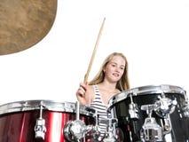 Junge blonde Jugendliche spielt die Trommeln im Studio gegen Weiß Stockbild