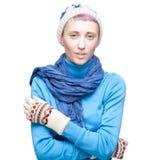 Junge blonde kaukasische Frau in der Winterkleidung Stockbilder