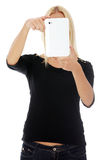 Junge blonde kaukasische Frau, die Tablettecomputer verwendet Lizenzfreie Stockfotografie