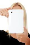 Junge blonde kaukasische Frau, die Tablettecomputer verwendet Stockfotos