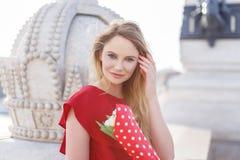 Junge blonde kaukasische Frau im roten Kleid Lizenzfreies Stockfoto