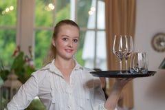 Junge blonde Kellnerin in einem Restaurant Stockfotos