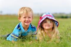 Junge blonde Kinder auf dem Gebiet lizenzfreie stockfotografie