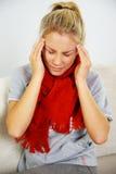 Junge blonde kranke Frau Lizenzfreie Stockbilder