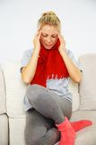 Junge blonde kranke Frau Stockfotos