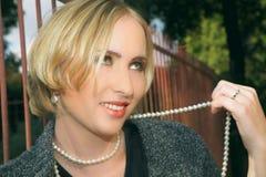 Junge blonde lächelnde Frau Stockfoto