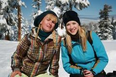 Junge blonde Mädchen in der Winterkleidung Stockfotos