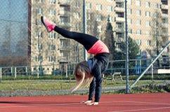 Junge blonde Mädchentanzenbreakdance Stockfotos
