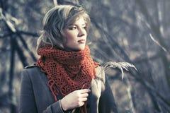 Junge blonde Modefrau, die in Herbstwald geht Stockbild