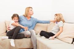 Junge blonde Mutter, die Spaß mit ihren Töchtern hat Lizenzfreie Stockfotografie
