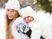 Junge blonde Mutter mit der Tochter, die Spaß draußen hat Lizenzfreie Stockbilder