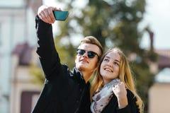Junge blonde Paare, die Selfie machen Stockfoto