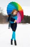 Frau mit Farbregenschirm im Winter Stockfotos