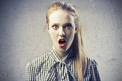 Junge blonde Schönheit erschrocken Lizenzfreie Stockfotos