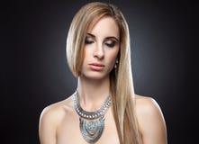 Junge blonde Schönheit mit dem geraden Haar Lizenzfreies Stockfoto