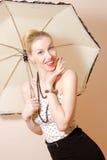 Junge blonde Stift-obendame unter Regenschirm Stockfotos