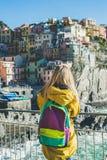 Junge blonde touristische Frau, die Riomaggiore, Cinque Terre, Italien betrachtet Lizenzfreies Stockbild