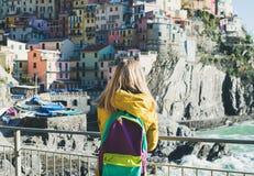 Junge blonde touristische Frau, die in Riomaggiore, Cinque Terre, Italien steht Stockbilder