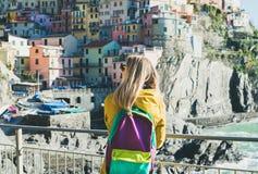 Junge blonde touristische Frau in Riomaggiore, Cinque Terre, Italien Lizenzfreies Stockbild
