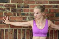 Junge blonde tragende Übungsspitze stockbild