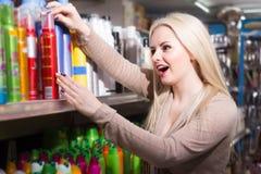 Junge blonde weibliche Angebotcreme Stockfotos