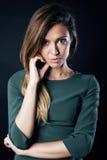Junge blonde wirkliche Frau emotional in dunklem Innen der Krise Lizenzfreies Stockfoto