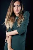 Junge blonde wirkliche Frau emotional in dunklem Innen der Krise Stockbild