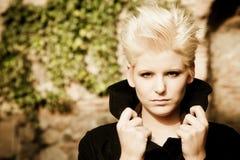 Junge Blondine auf Winterart und weise lizenzfreies stockbild
