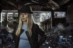 Junge Blondine in den Ruinen Lizenzfreie Stockfotos