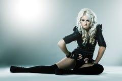 Junge Blondine in der attraktiven Kleidung der hohen Art und Weise lizenzfreies stockfoto