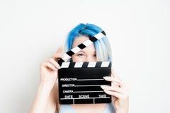 Junge Blondine der blauen Augen mit Filmscharnierventil stockfoto