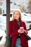 Junge Blondine der ernsten Mode, die draußen gehen Lizenzfreie Stockfotografie
