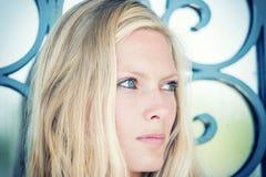 Junge Blondine, die in den Straßen aufwerfen lizenzfreie stockfotografie