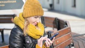 Junge Blondine, die Smartphone verwenden stock video