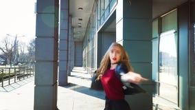 Junge Blondine, die zeitgen?ssischen Tanz in der sonnenbeschienen Stra?e in der Zeitlupe zeigen stock video footage