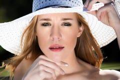 Junge Blondine, im weißen Hut heraus Tür-Porträt Lizenzfreie Stockfotografie