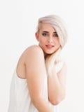 Junge Blondine mit schönen großen blauen Augen Stockfoto