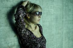 Junge Blondine mit Sonnenbrillen Lizenzfreie Stockbilder