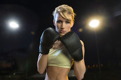 Junge Boxerfrau Stockfotografie