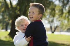Junge Brüder, die sich anhalten Stockbilder