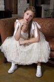 Junge Braut auf Couch-tragenden Tennis-Schuhen Stockbilder