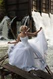 Junge Braut auf einem Fluss Lizenzfreies Stockbild