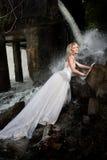 Junge Braut auf einem Fluss Stockfoto