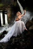 Junge Braut auf einem Fluss Stockfotografie